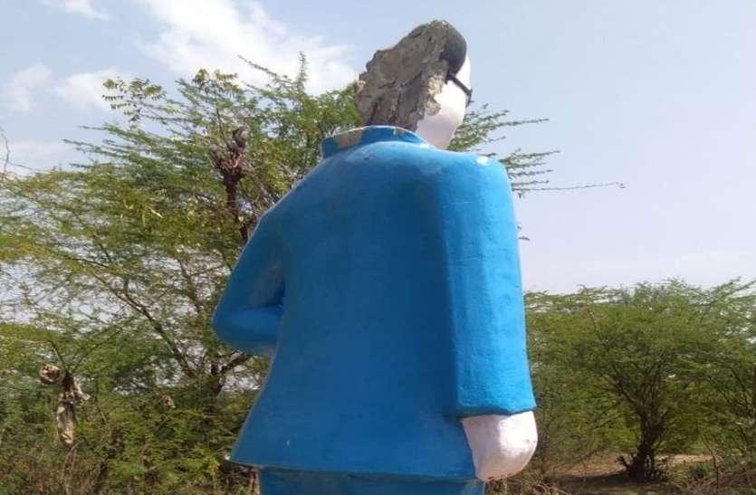 अंबेडकर की प्रतिमा खण्डित, ग्रामीणों ने किया विरोध-प्रदर्शन