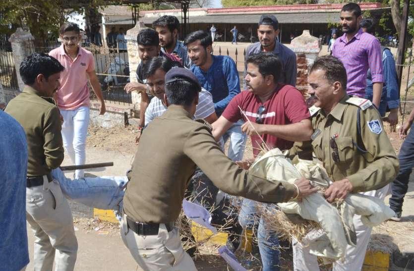 मुख्यमंत्री का पुलिस से जद्दोजहद कर जलाया पुतला