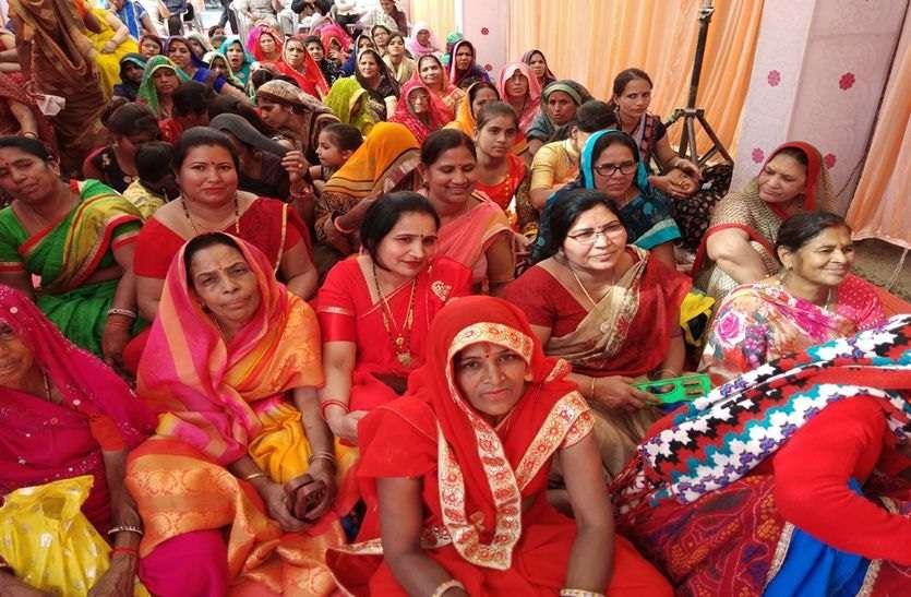 नवलगढ़ में भागवत कथा सुनने उमड़े श्रद्धालु