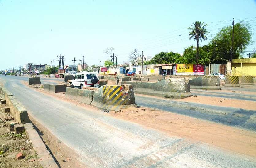 नहीं हटा टोल नाका का ढांचा, सड़कों पर मौजूद गड्ढों से बढ़ी लोगों की मुसीबत