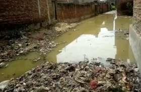 नगर पालिका की लाहपरवाही, नाला चोक होने से घरों में घुसा गंदा पानी, देखें वीडियो