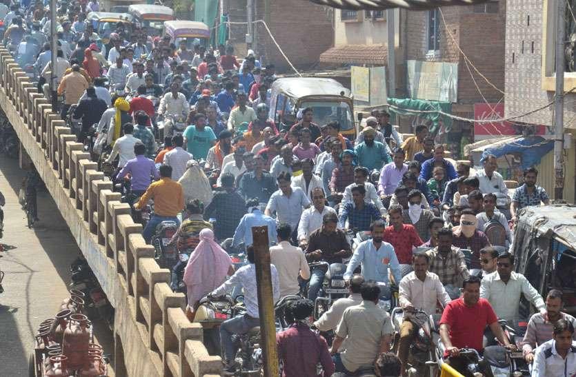 शहर में वाहनों की भीड़ बढ़ी तो एफओबी पर दो घंटे तक लगा रहा जाम, फंसे रहे वाहन चालक