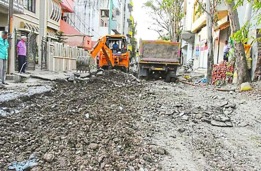 लापरवाह निगम ने किया शहरवासियों को परेशान: सड़क के साथ उखड़़ गई जर्जर पाइप लाइन