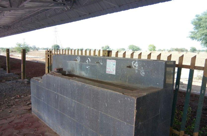 मालखेड़ी स्टेशन के दो नंबर प्लेटफॉर्म पर नहीं पानी की व्यवस्था, यात्री परेशान