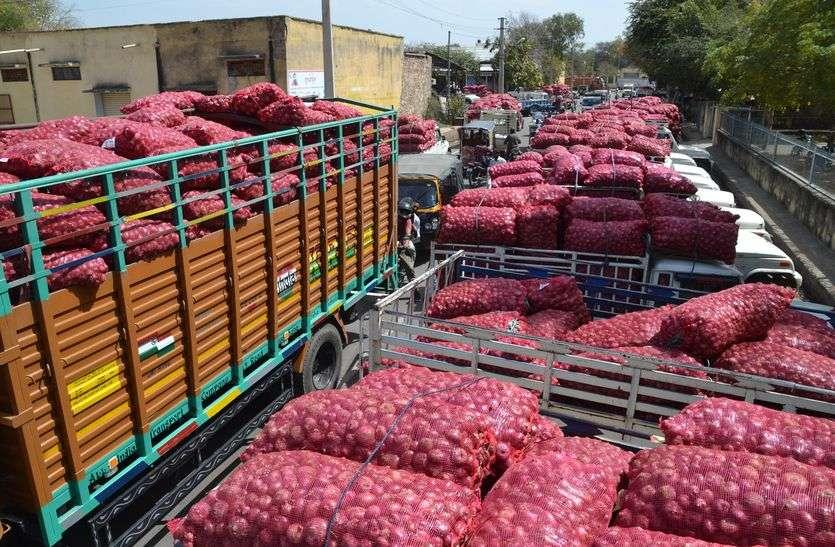 प्याज की मुनाफाखोरी किसान और आम आदमी के बीच में 12 रुपए की दलाली