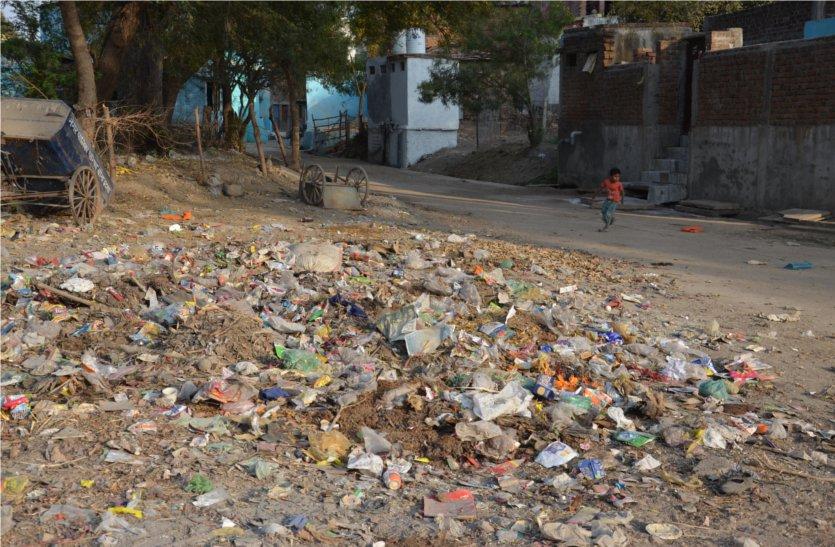 यहां स्वच्छता अभियान में जिले में दूसरा स्थान पाते ही फिर फैलने लगी गंदगी