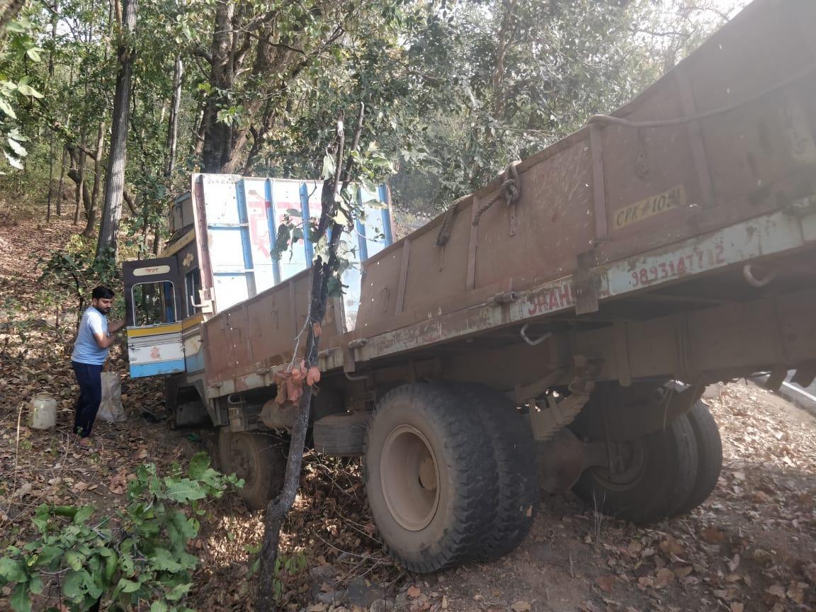 ये क्या जब बस को ठोकर मार पेड़ से टकराया ट्रक, चालक की अटक गई सांसे