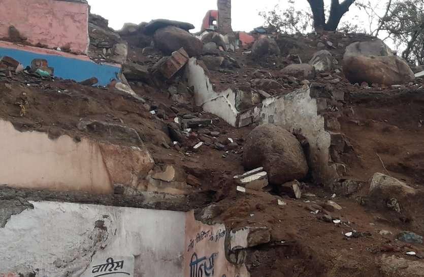 मदनमहल पहाड़ी से पत्थर लुढ़कने का खतरा, देखें वीडियो