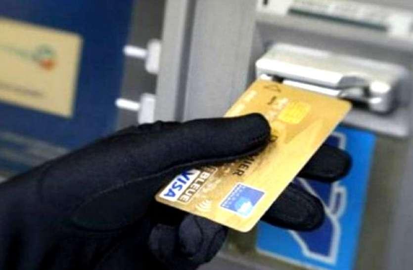 मदद करने के बहाने बदला डेबिट कार्ड और पूरा खाता कर दिया साफ