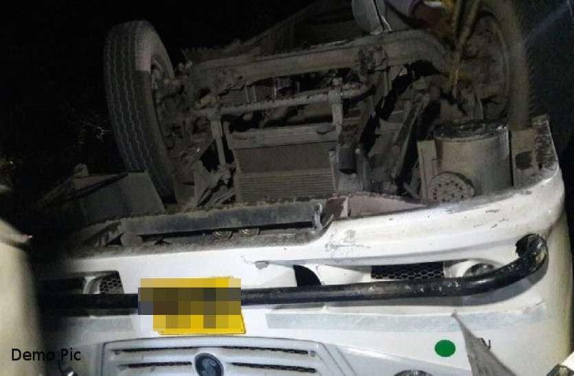 पेड़ से टकराई बारातियों से भरी बस, हादसे में ड्राइवर की मौत, 8 की हालत गंभीर