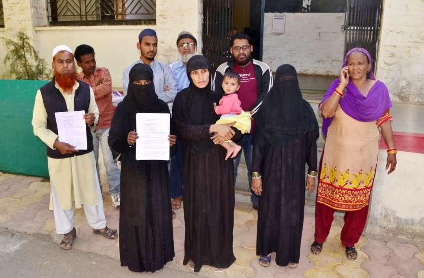 video युवकों को झूठे केस में फंसाने के मामले में मोहल्ले के लोगों ने दिया एसपी को ज्ञापन