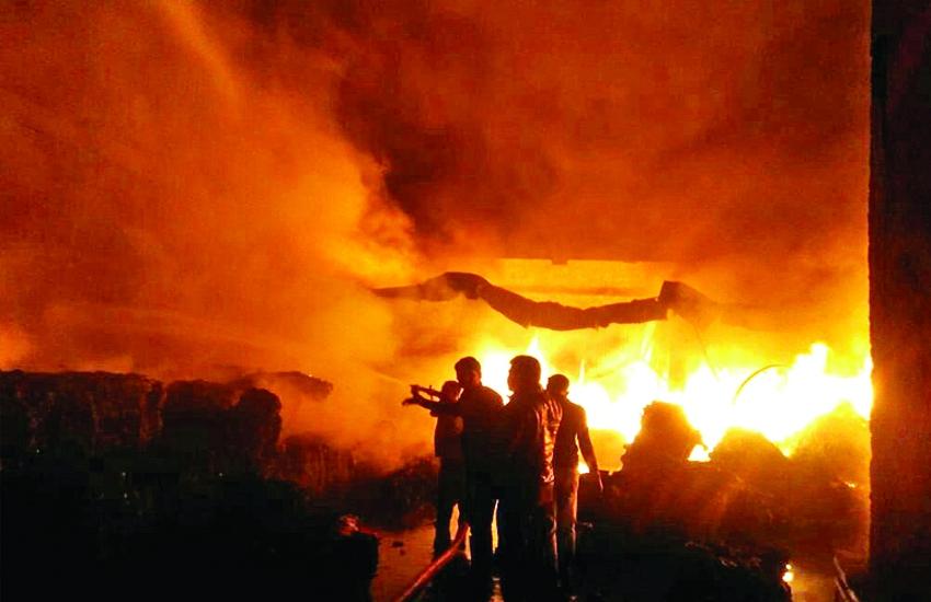 Image result for कबाडख़ाना इलाके के टायर गोदाम में लगी आग