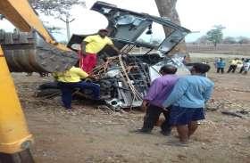 दर्दनाक: बारात लेकर निकली बस पेड़ से टकराई, गाड़ी के उड़ गए परखच्चे, ड्राइवर की हुई मौत