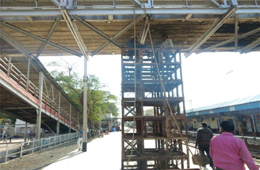 मुंबई में हुए फुटओवर ब्रिज हादसे के बाद जागे रेलवे अधिकारी, पढ़े खबर