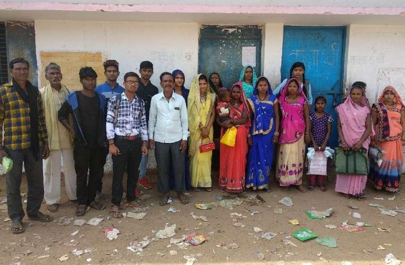 नया बनवाओ चाहे अपडेट कराओ, ग्रामीणों से वसले जाते हैं 80- 80 रुपये