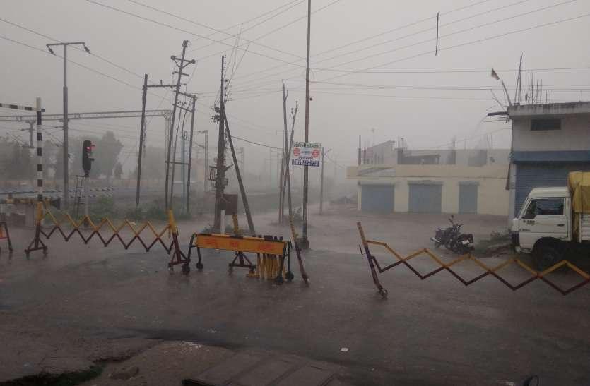 हल्की ओलावृष्टि के साथ शुरू हुआ मूसलाधार बारिश, पानी पानी हुआ खेत-खलिहान