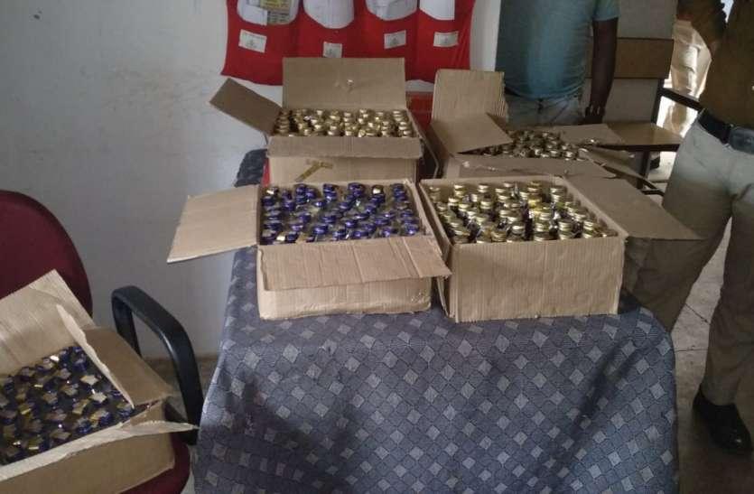 शराब तस्करों पर पुलिस की कार्रवाई, पांच कार्टून में रखी 50 हजार की शराब जब्त