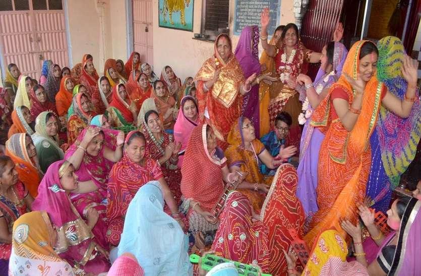 PHOTO : फाग उत्स्व की धूम में शहर चौथ माता मंदिर पर फाग के गीतों पर झूमती महिलाये देखे तस्वीरें