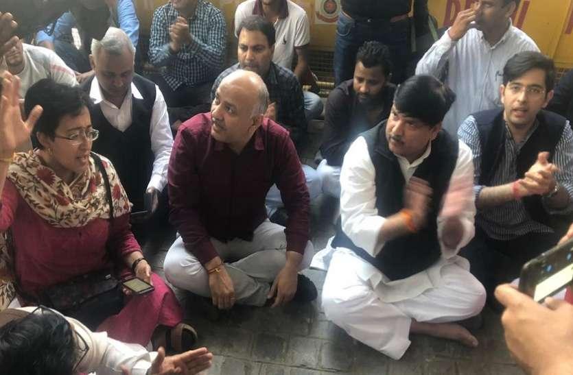 चुनाव आयोग के दफ्तर में पहुंचे AAP के नेता, दिल्ली पुलिस पर BJP से मिलीभगत का लगाया आरोप