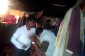 पुलिसकर्मियों ने महिला से की छेड़खानी, लोगों ने घर में बंद कर बुरी तरह पीटा