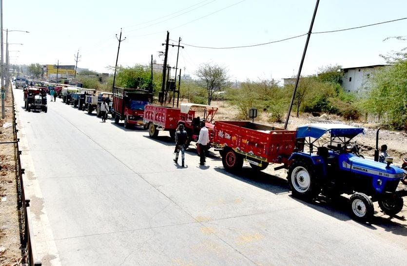 VIDEO कृषि उपज मंडी का गेट बंद, दिन भर उपज लेकर रोड पर खड़े सैकड़ों किसान