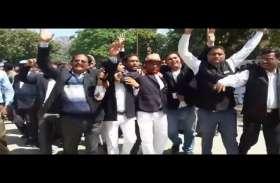 VIDEO: लोकसभा चुनावों से पहले इस शहर में वकीलों ने इस मांग को लेकर शुरू कर दिया आन्दोलन