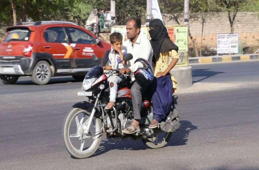 हेलमेट साथ होने पर भी नहीं लगाकर यातायात उल्लंघन के साथ जान डाल रहे जोखिम में, देखें तस्वीरें...