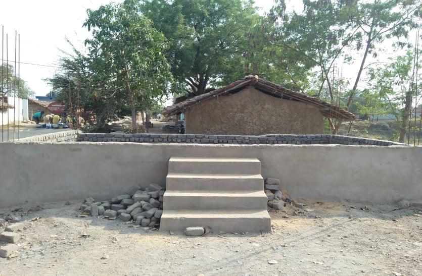 निम्न क्वालिटी की ईंट का किया जा रहा उपयोग, दो माह से काम भी बंद, ग्रामीणों में आक्रोश