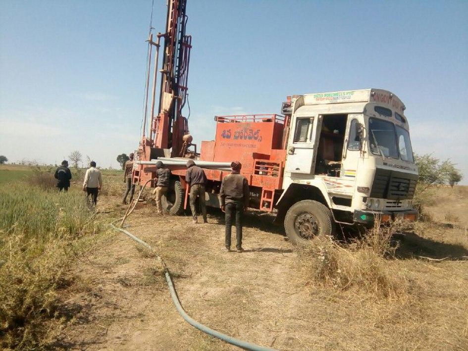 पोहरी में चल रही पेट्रोलियम पदार्थों की तलाश