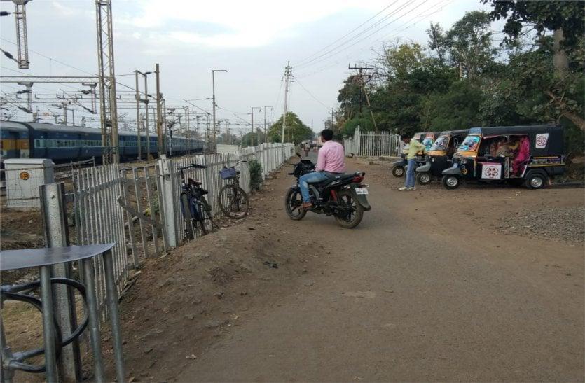 रेलवे स्टेशन पर प्लेटफॉर्म के पास तक ऑटो चालक ले जा रहे ऑटो