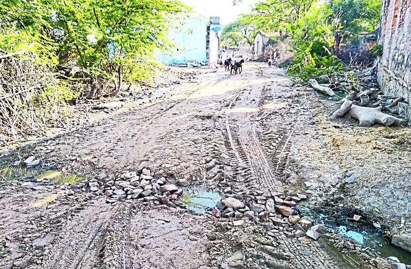 घटिया निर्माण के चलते ग्रामीणों ने रुकवाया कार्य