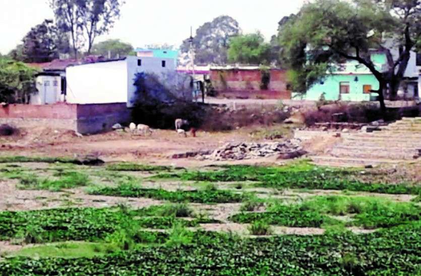 तालाब को पाटकर बनाया जा रहा मकान, कार्रवाई करने से जिम्मेदार अफसरों के कांप रहे हाथ