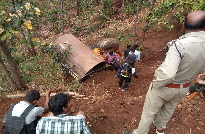 सड़क निर्माण में लगा वाहन खाई में गिरा, ड्राइवर की मौत