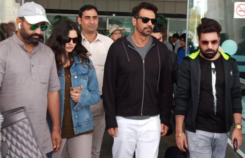 गर्लफ्रेंड के साथ जयपुर पहुंचे अर्जुन रामपाल, एयरपोर्ट पर इस अंदाज में आए नजर