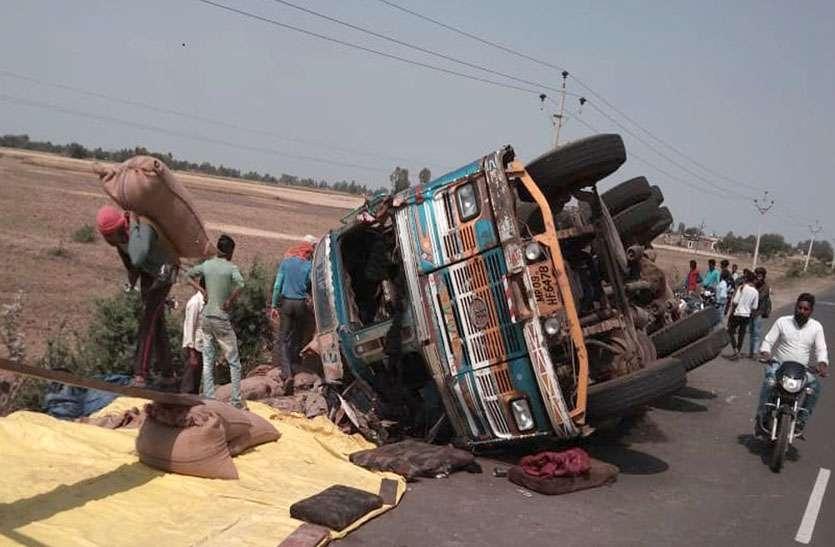 27 दिन पहले हुई थी जहां 6 की मौत, उसी जगह अनियंत्रित होकर पलटे ट्रक व जीप, टला हादसा
