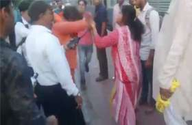 महिला ने रेलवे स्टेशन पर चप्पलों से कर दी ढोंगी की पीटाई