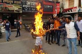 पीएम मोदी पर अमर्यादित टिप्पणी के खिलाफ भाजपाइयों में आक्रोश, फूंका कांग्रेस प्रवक्ता पवन खेड़ा का पुतला