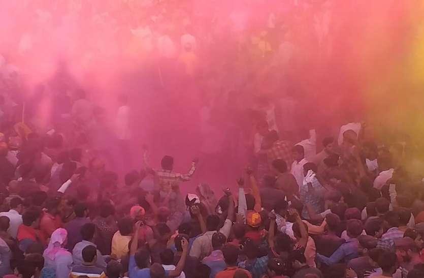 जन्मभूमि पर बरसे हुरियारिनों के लट्ठ, द्वारकाधीश, बांकेबिहारी मंदिर में उड़ा गुलाल, देखें वीडियो