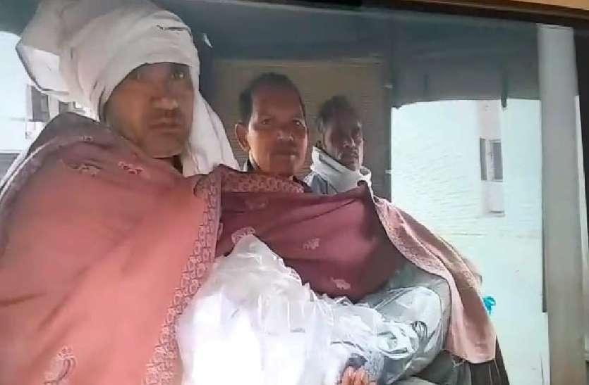 Video : स्वास्थ्य मंत्री टीएस के शहर नहीं मिला नि:शुल्क शव वाहन, बिलखते पिता को ऑटो में ले जाना पड़ा सड़क हादसे में मृत मासूम बेटे का शव