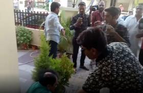घर में घुसकर डॉक्टर पर किया हमला, पुलिस ने जांच शुरू की, देखें वीडियो