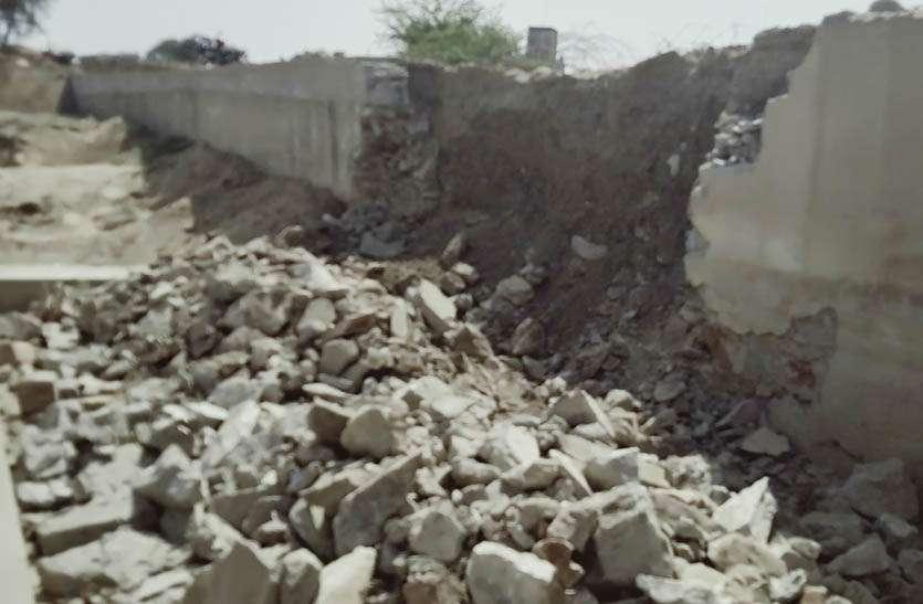घटिया निर्माण की खुली पोल, नदी में भरभरा कर गिरी रपट की दीवार