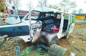 बैलेंस बिगड़ते ही पेड़ से ऐसे टकराई वैन की उड़ गए परखच्चे, सात लोग घायल