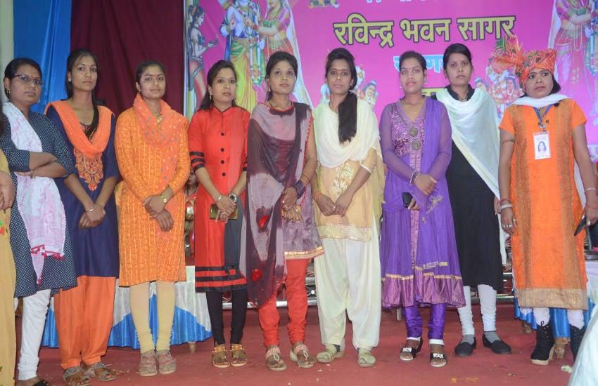 जीवनसाथी को पाने युवतियों ने अंग्रेजी में दिया मंच से अपना परिचय