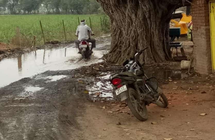 देवरी से बांसखेड़ा पहुंच मार्ग पर भर रहा निस्तारी पानी, राहगीर परेशान
