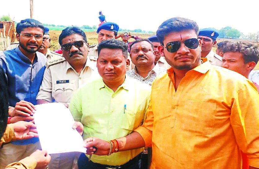 बीजाभाट में ग्रामीणों ने दिया धरना, फिर एसडीएम ने रुकवाया अवैध निर्माण