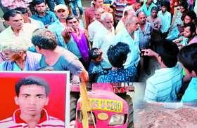 रेत भरकर जा रही ट्रैक्टर में बैठा मजदूर उछलकर नीचे गिरा, पहिए से कुचलकर निकल गई गाड़ी, हुई दर्दनाक मौत