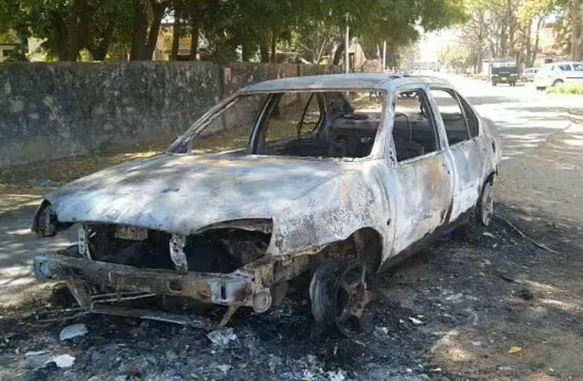 VIDEO : कार में लगी अचानक आग, पुलिस को मालिक की तलाश