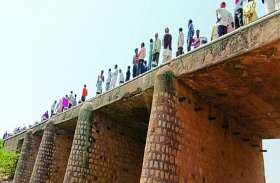 तेज स्पीड से दौड़ रहा ट्रैक्टर पुल से नीचे गिरा,मच गई लोगों में भगदड़