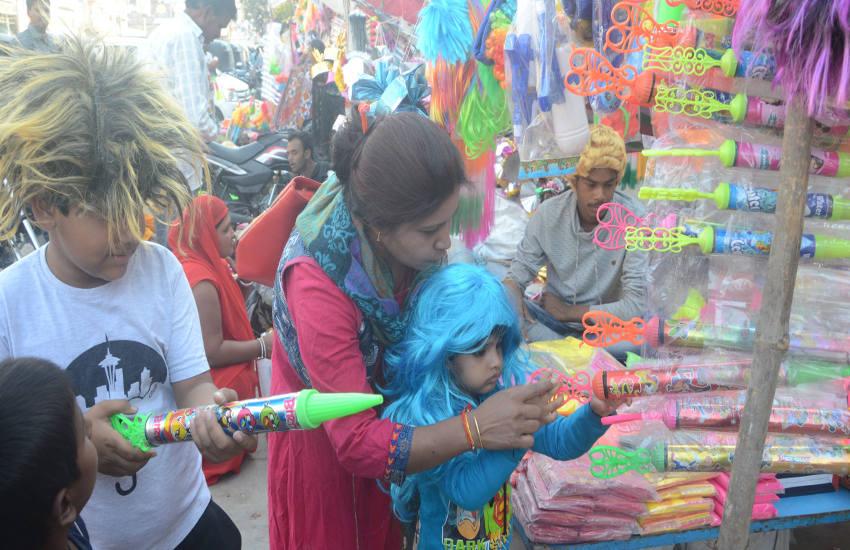 बाजार में दिखने लगे होली के रंग
