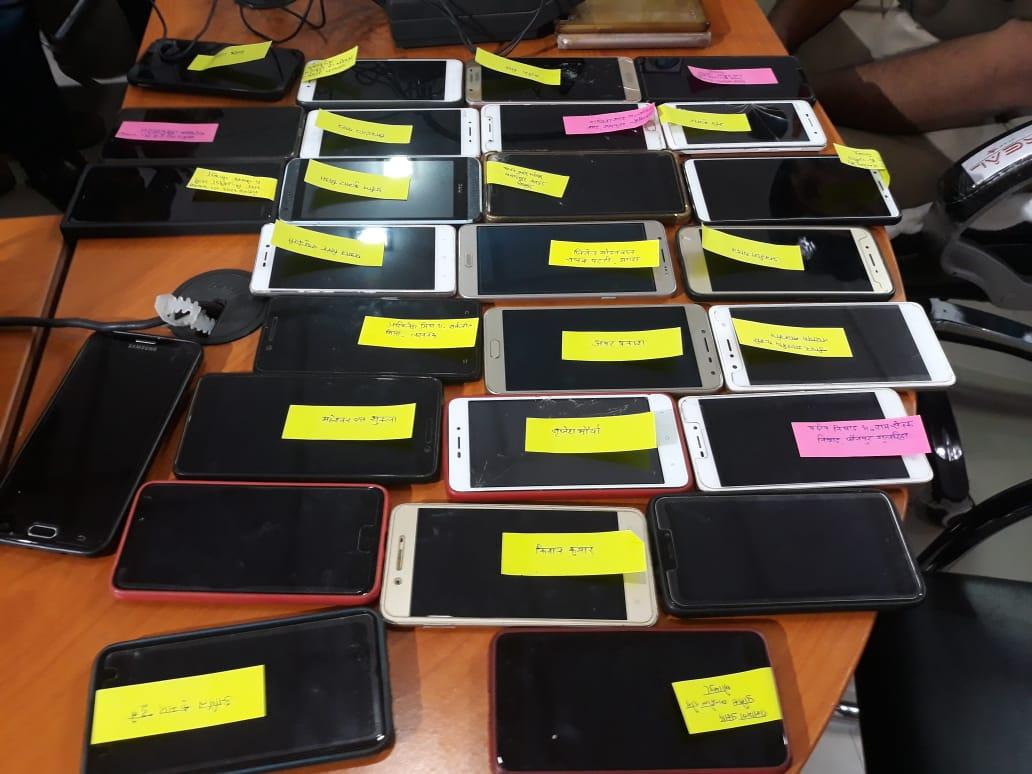 होली के पहले गोरखपुर पुलिस ने बांटे सेलफोन, जानिए क्यों